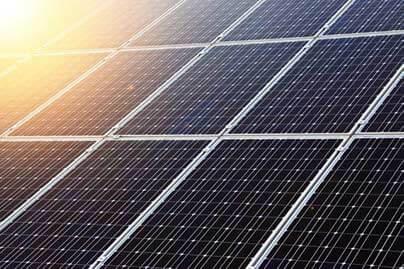 nettoyage panneau solaire avec une perche
