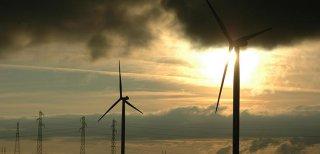 Comment gérer l'entretien de vos panneaux solaires et éoliennes en hauteur ?